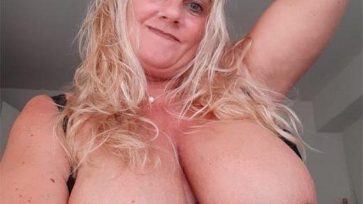 Blonde Oma mit Mega Titten sucht Hausfreund